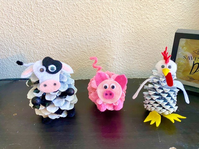 Pine cone barnyard farm animals kids nature craft. #Pineconecrafts #farmanimals Pig, cow, lamb, chick, rooster, chicken